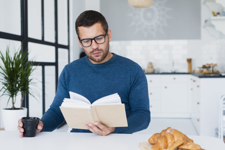 Revisa tu agenda mientras desayunar para saber qué tareas tienes que desempeñar.