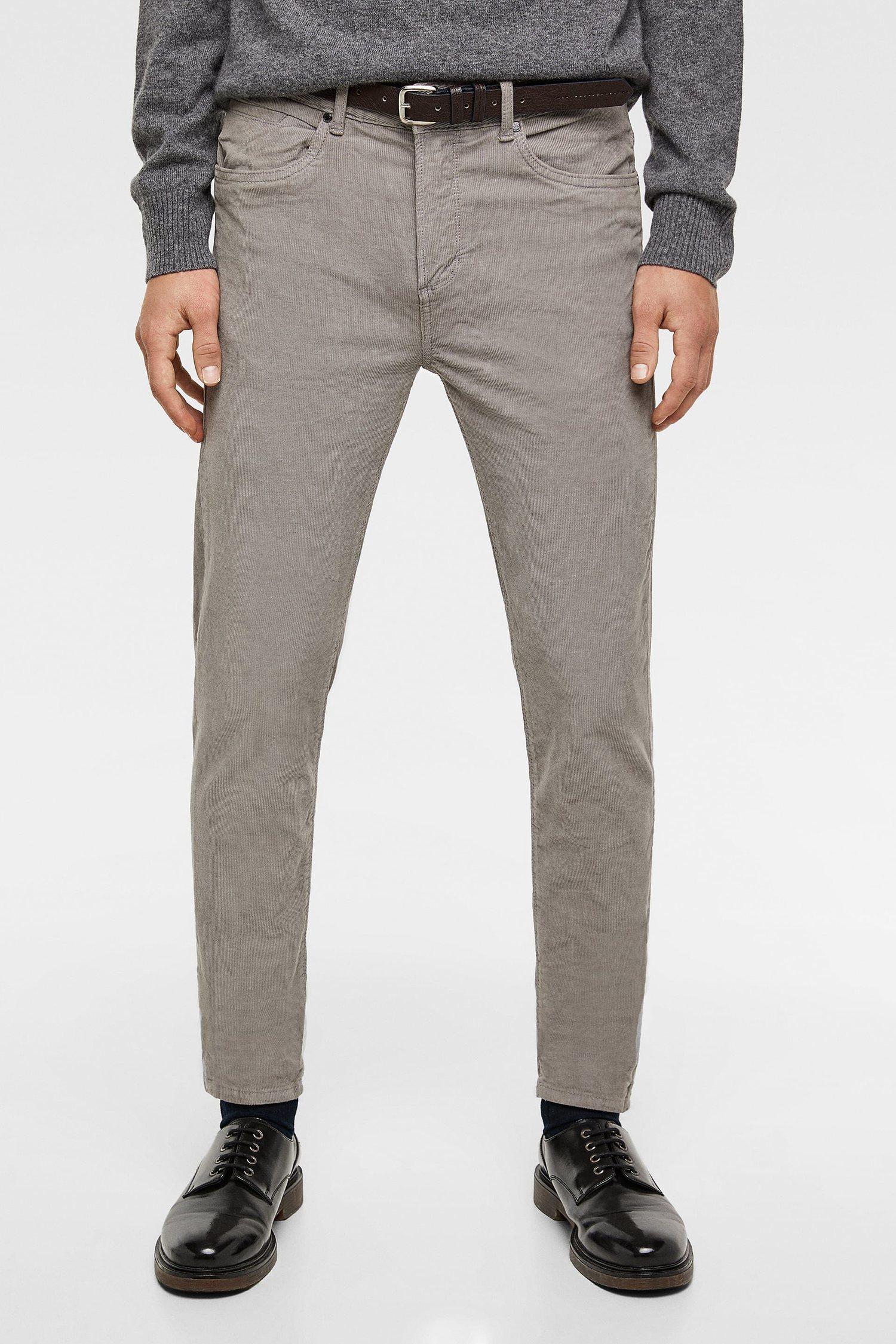 Pantalón de pana gris con corte por el tobillo de Zara.