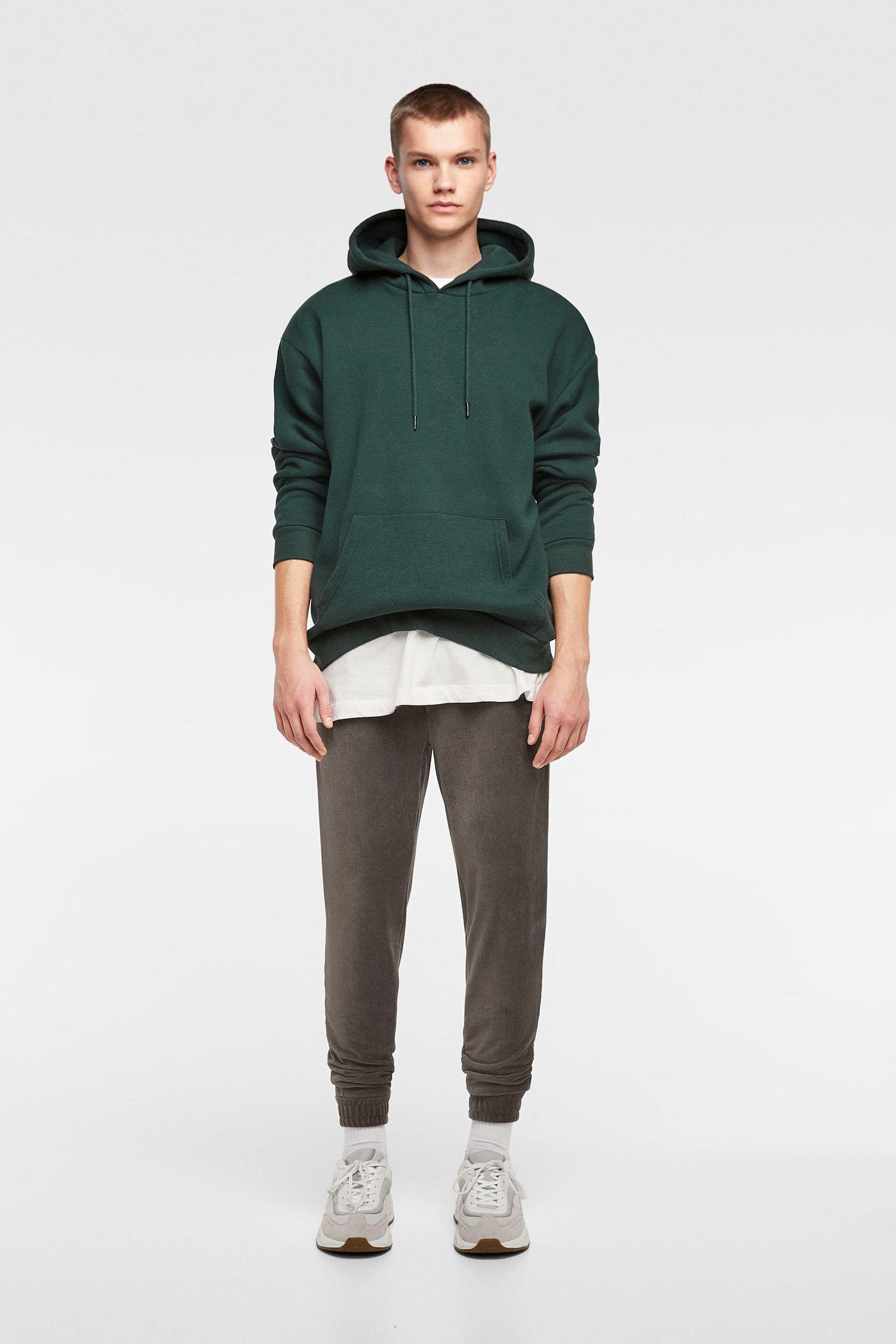 Pantalón jogger gris de pana de Zara.