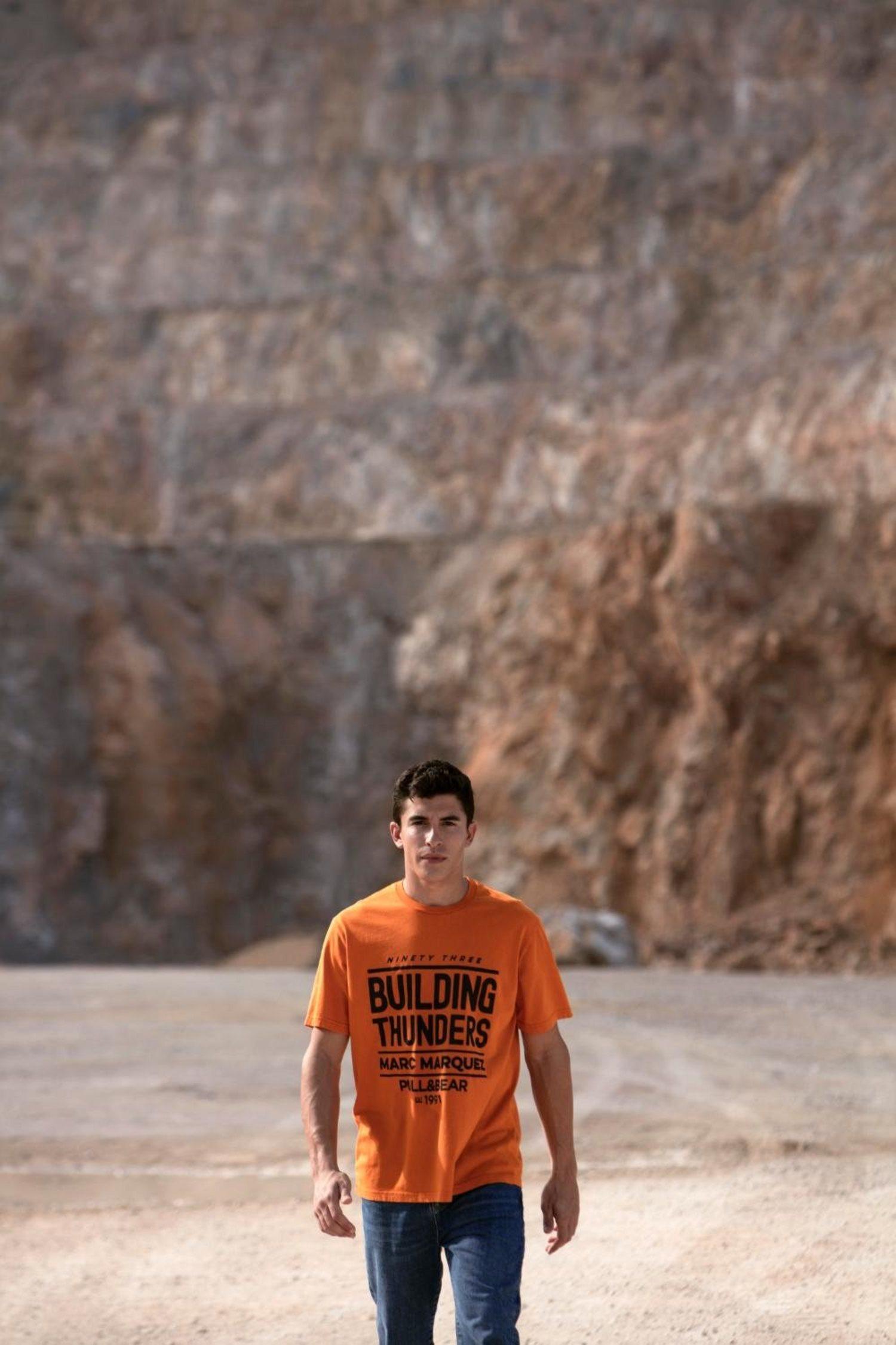 Marc Márquez luciendo una camiseta naranja de su colección.