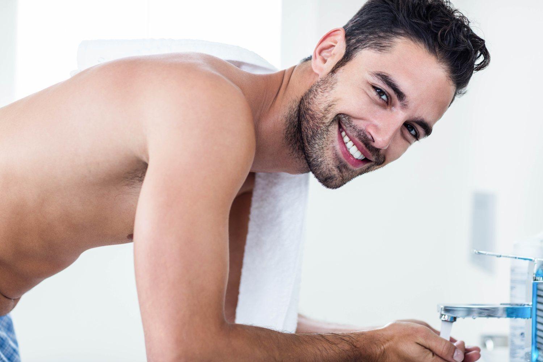 Cuida tu barba, aunque no sea demasiado densa. Lávala de manera habitual para conservarla sana.